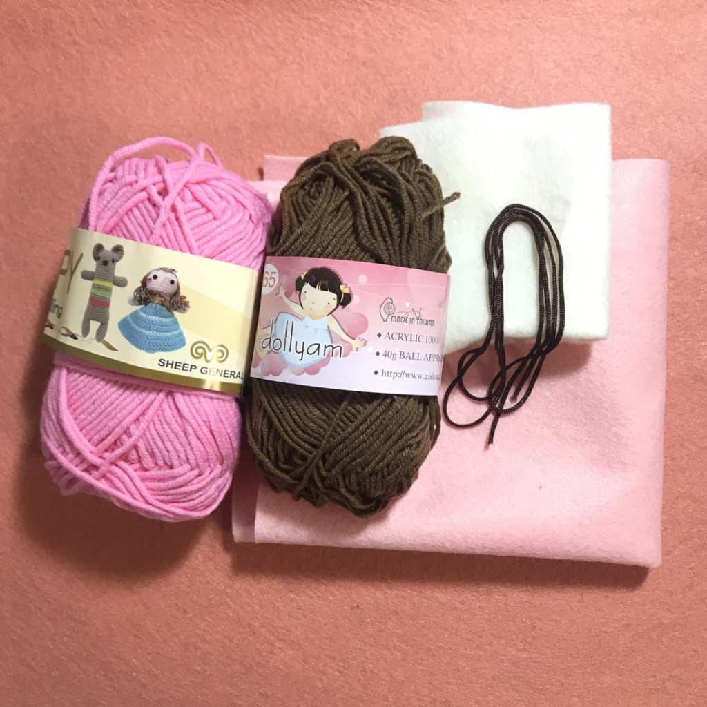 桃粉、深棕毛線與白粉色不織布、深棕文化線
